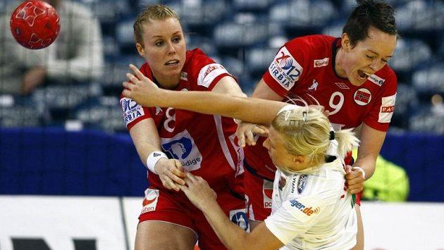 Norské házenkářky Karoline Dyhre Breivangová (vlevo) a Kristine Lunde-Borgersenová brání v semifinále evropského šampionátu Maďarku Krisztinu Triscsukovou