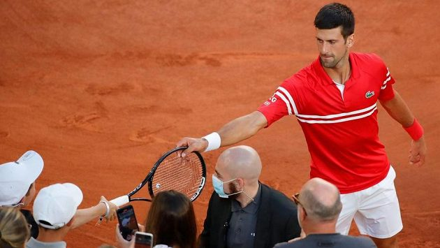 Novak Djokovic věnoval po vyhraném finále na Roland Garros svou raketu malému fanouškovi