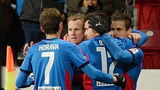 Fotbalisté Plzně se radují z gólu Michala Ďuriše (druhý zprava) proti Mladé Boleslavi.
