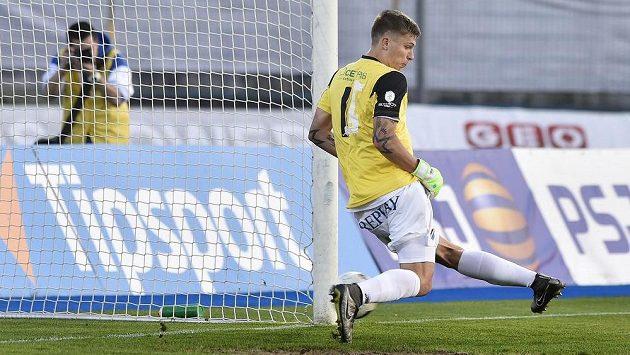 Arťom Mešaninov z Ostravy zastoupil vyloučeného brankáře Vojtěcha Šroma a šel proti Jihlavě chytat penaltu.