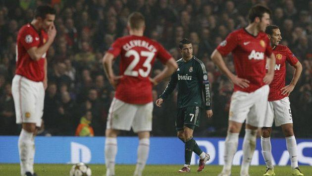 Cristiano Ronaldo v dresu Realu Madrid (uprostřed) reaguje na gól, který vstřelil Manchesteru United.