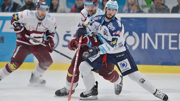 Plzeňský forvard Erik Hrňa (vpravo v souboji s Michalem Barinkou ze Sparty) si ve třetím semifinálové utkání zlomil nohu.