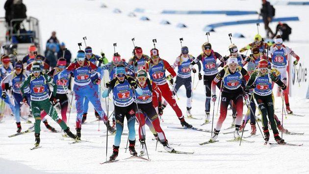 Úvodní podnik Světového poháru v biatlonu - smíšená štafeta dvojic.