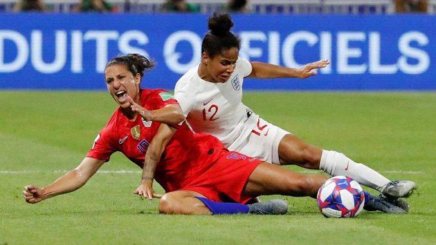 MOmentka ze semifinále probíhajícího MS USA - Anglie. Zleva Američanka Carli Lloydová a Angličanka Demi Stokesová.