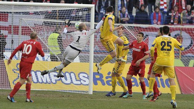 Jihlavský obránce Ondřej Šourek (třetí zleva) střílí hlavou gól do sítě Brna v pondělní dohrávce 22. kola fotbalové Gambrinus ligy.