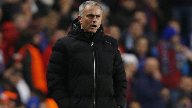 Trenér Chelsea José Mourinho během utkání Ligy mistrů se Steauou Bukurešť.