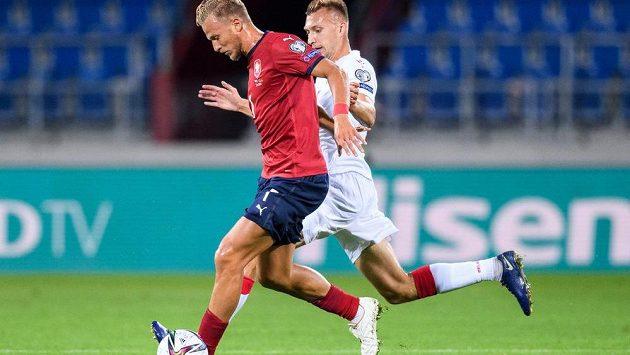Antonín Barák a Vladislav Klimovič z Běloruska během utkání kvalifikace MS 2022.