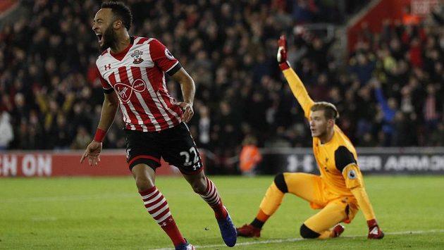 Nathan Redmond ze Southamptonu se raduje z gólu proti Liverpoolu v úvodním semifinále Ligového poháru. Vpravo je brankář Reds Loris Karius.
