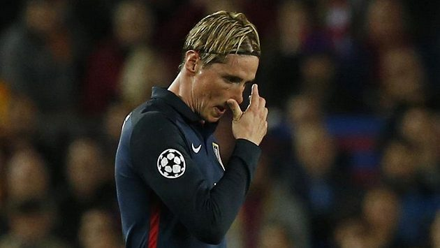 Fernando Torres z Atlétika po vyloučení v čtvrtinále LM s Barcelonou.