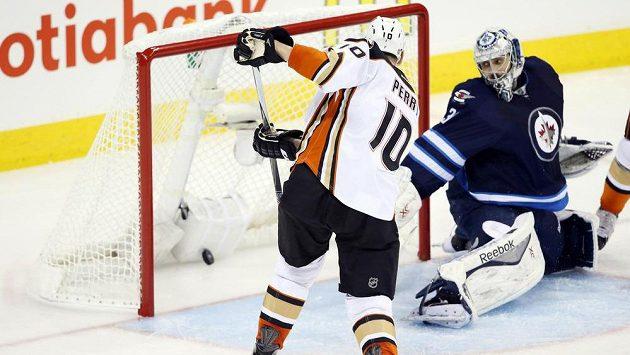 Útočník Anaheimu Corey Perry překonává brankáře Winnipegu Ondřeje Pavelce ve třetím utkání prvního kola play off NHL.