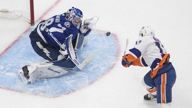 Brankář Tampy Bay Andrej Vasilevskij likviduje šanci Mathewa Barzala z NY Islanders v prodloužení pátého duelu finále play off Východní konference NHL.