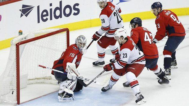 Křídelní útočník Brock McGinn (č. 23) střílí vítězný gól Caroliny a v sedmém utkání 1. kola play off NHL posílá na dovolenou obhájce titulu z Washingtonu.