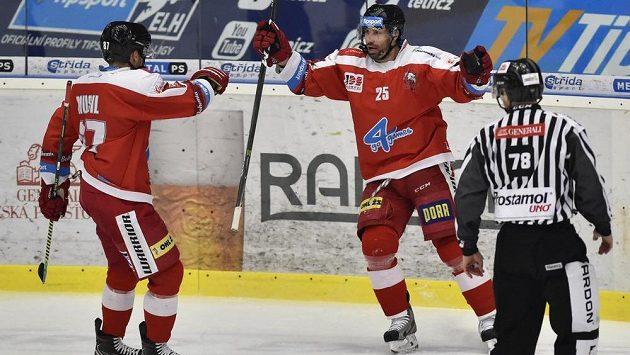 Zleva Pavel Musil a Zbyněk Irgl z Olomouce se radují z gólu - ilustrační foto.