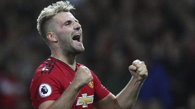 Luke Shaw z Manchesteru United se raduje z gólu proti Leicesteru.