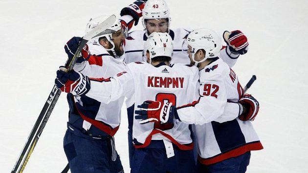 Hráči Washingtonu oslavují gól Michala Kempného.