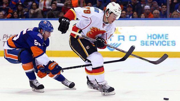 Johnny Boychuk (55) z New York Islanders a Michael Ferland (79) z Calgary.