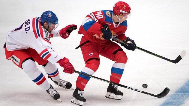 Obránce David Musil (vlevo) v souboji s ruským útočníkem Nikitou Sošnikovem.