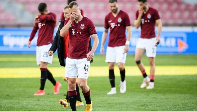 Zklamaní fotbalisté Sparty po semifinále MOL Cupu.