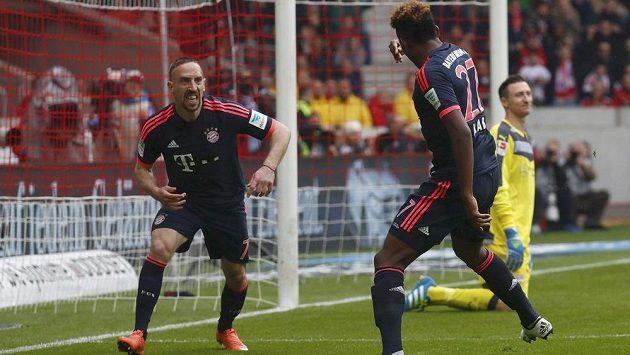 Fotbalisté Bayernu David Alaba a Franck Ribéry (vlevo) se radují z gólu proti Stuttgartu v utkání 29. kola bundesligy.
