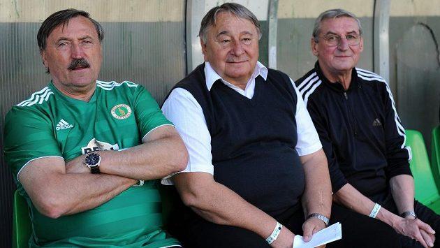 Internacionál Antonín Panenka (vlevo) a trenér Josef Zadina (uprostřed) na lavičce během oslav 30. výročí zisku titulu Bohemians Praha v Ďolíčku.