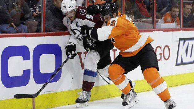 Gabriel Landeskog z Colorada Avalanche se snaží prosadit přes českého obránce Philadelphie Flyers Radko Gudase v utkání NHL.