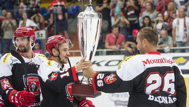Zleva Karel Plášil, Martin Pláněk a Jaroslav Bednář (všichni z Hradce Králové) oslavují s pohárem pro vítěze Mountfield Cupu.