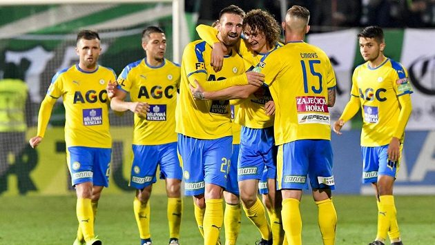 Z vítězného gólu Teplic se radují střelec branky David Vaněček, Alex Král a Pavel Čmovš (zleva vpředu).