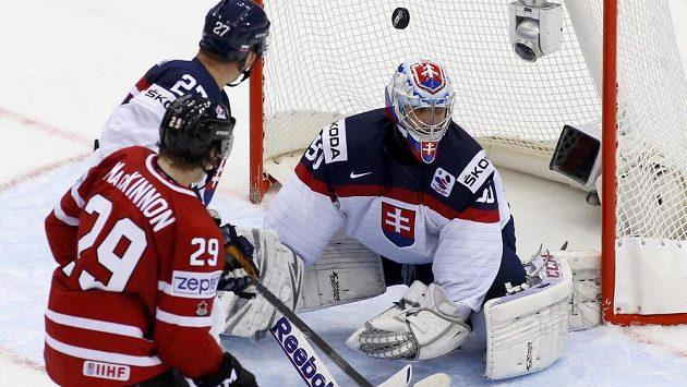 Slovenský brankář Ján Laco inkasuje třetí gól v utkání proti Kanadě.