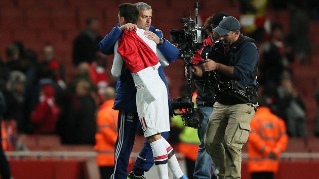 Kouč Chelsea José Mourinho se objímá s Mesutem Özilem z Arsenalu po utkání Capital One Cupu.