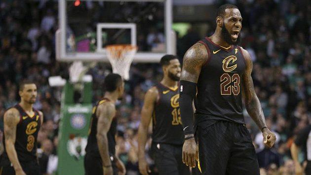 Největší hvězda Clevelandu Cavaliers LeBron James slaví. Jeho tým vyhrál v Bostonu a zahraje si opět finále NBA.