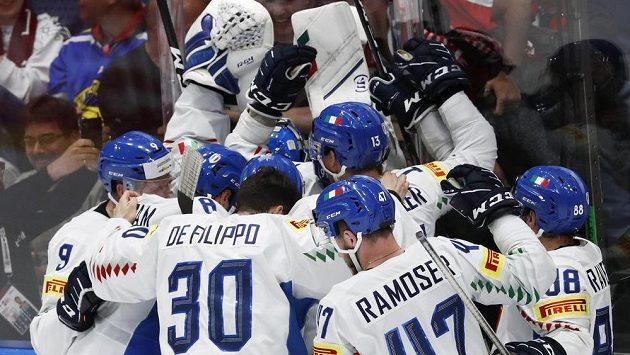 Italská radost! Hokejisté Itálie slaví záchranu mezi elitou. Padáka dostalo Rakousko.