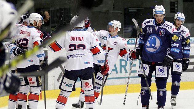 Chomutovští hokejisté se radují z gólu proti Plzni.