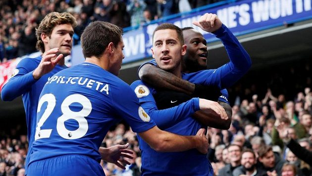 Eden Hazard (druhý zprava) oslavuje se spoluhráči z Chelsea branku v síti Newcastlu.