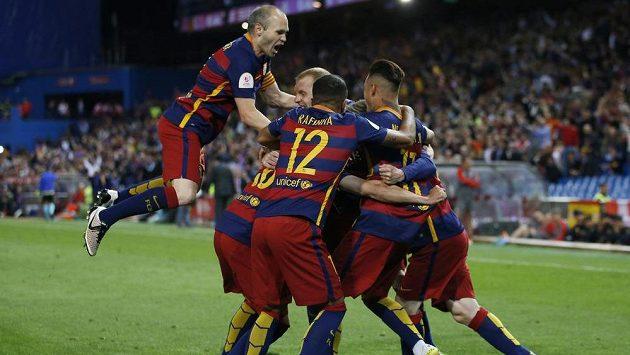 Fotbalisté Barcelony oslavují gól vstřelený Seville ve finále Španělského poháru.