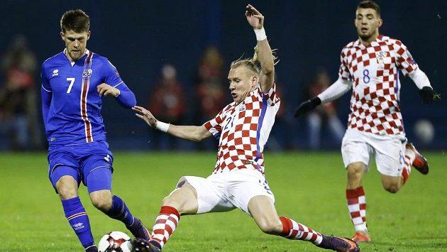 Chorvatský fotbalista Domagoj Vida v souboji s Islanďanem Johanem Gudmundssonem v kvalifikačním zápase
