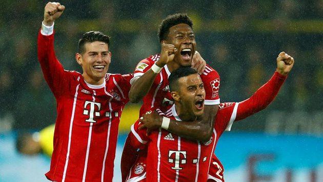 V přímém souboji o první místo německé fotbalové ligy vyhrál v 11. kole Bayern v Dortmundu 3:1 a jeho hráči si triumf náležitě užívali.