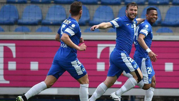 Liberec slaví gól v síti Teplic. Zleva Vladimír Coufal, Tomáš Ďubek a střelec branky Djika Douglas.
