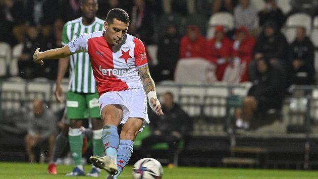 Nicolae Stanciu ze Slavie střílí gól z penalty.