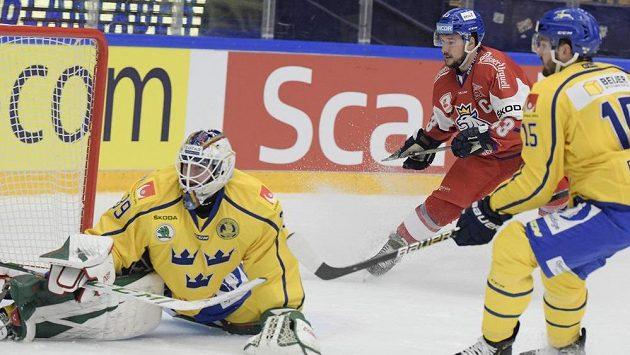 Jan Kovář (uprostřed) překonává švédského brankáře Adama Reideborna.