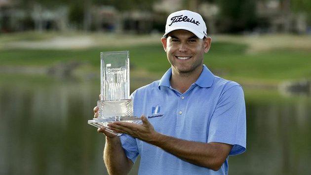 Golfista Bill Haas pózuje s trofejí pro vítěze turnaje v La Quinta.