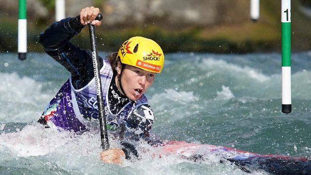 Kanoistka Tereza Fišerová bojuje s tratí během semifinálové jízdy na mistrovství Evropy ve vodním slalomu.