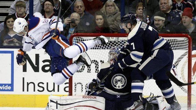 Český útočník Aleš Hemský (vlevo) přispěl k výhře Edmontonu na ledě Columbusu 3:1.