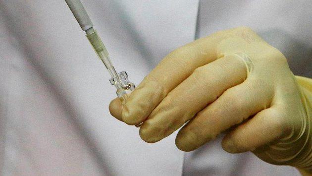 Analýza odebraného vzorku v antidopingové laboratoři - ilustrační foto.