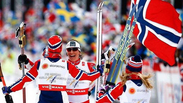 Norská běžkyně na lyžích Marit Bjoergenová (uprostřed) spolu s Astrid Uhrenholdtovou Jacobsenovou, Therese Johaugovou a Heidi Wengovou oslavuje zlato v závodě štafet na MS ve Falunu.