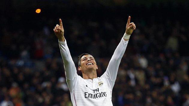 Cristiano Ronaldo z Realu Madrid slaví dosažení hattricku v duelu proti Vigu.