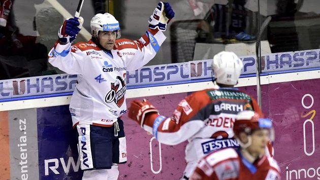 Pardubický útočník Tomáš Rolinek (vlevo) se raduje z gólu.