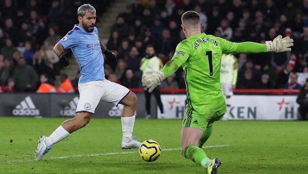 Sergio Agüero z Manchesteru City střílí jediný gól v utkání proti Sheffieldu.