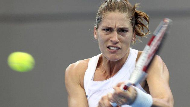 Andrea Petkovicová odvrací míček při vítězném zápase semifinále Fed Cupu proti domácí Australance Stosurové.