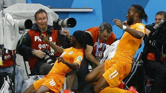 Oslavná jízda - Gervinho (vlevo) a Didier Drogba z Pobřeží slonoviny.