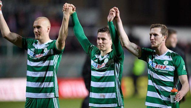 Fotbalisté Bohemians se radují, zleva Daniel Köstl, Jan Vodháněl a Petr Hronek.